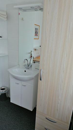 kleine kamer, etagedouche/toilet