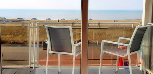 balkon met heerlijk uitzicht op duinen en zee