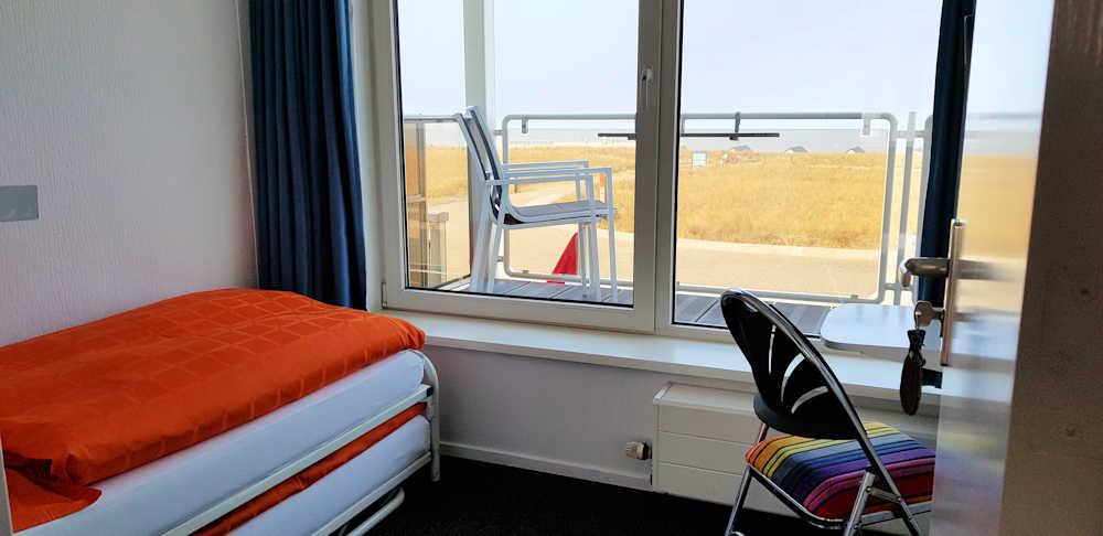 kleine kamer met balkon en zeezicht