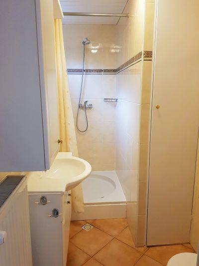 douche/toilet in zomerhuis van B&B Seahorse